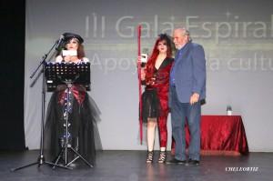 Recibiendo el Premio de manos de Raquel y Montse. (fotografía de José Ortiz CHELEORTIZ)